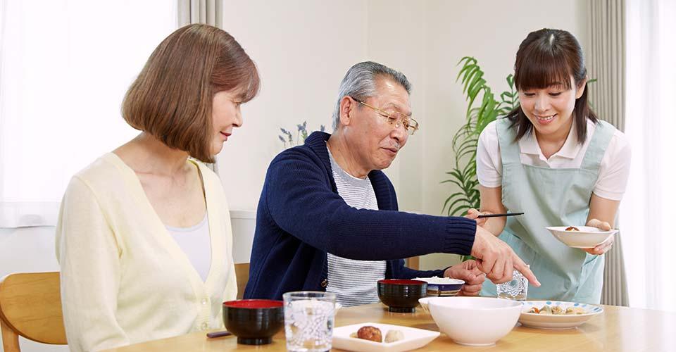 食事する男女